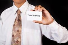 Jeune homme d'affaires jugeant la carte disponible Photo stock