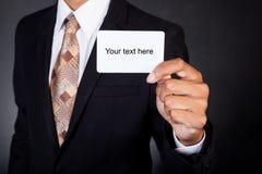 Jeune homme d'affaires jugeant la carte disponible Image stock