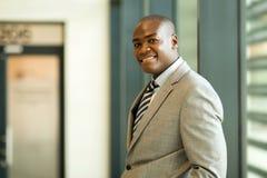 Jeune homme d'affaires noir photo stock