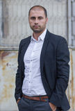 Jeune homme d'affaires occasionnel dehors Photographie stock libre de droits