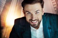 Jeune homme d'affaires optimiste dans le sourire de costume photographie stock