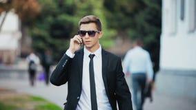 Jeune homme d'affaires parlant au téléphone clips vidéos