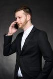Jeune homme d'affaires parlant au téléphone portable photographie stock