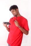 Jeune homme d'affaires parlant au téléphone portable dans le bureau Images libres de droits