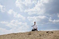 Jeune homme d'affaires perdu et marchant par le désert, éloigné Photos stock