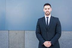 Jeune homme d'affaires portant un costume photographie stock