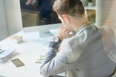 Jeune homme d'affaires prenant des notes images stock