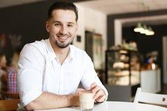 Jeune homme d'affaires prenant le déjeuner au café images libres de droits
