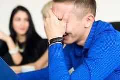 Jeune homme d'affaires réfléchi à la discussion photos stock