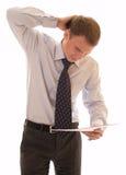 Jeune homme d'affaires résolvant un problème Photo stock
