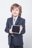 Jeune homme d'affaires réussi avec un comprimé dans des mains Image stock