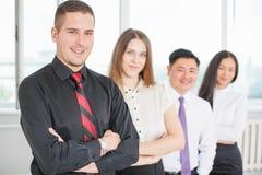 Jeune homme d'affaires réussi et son équipe d'affaires Image libre de droits