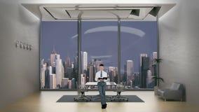 Jeune homme d'affaires Reading dans la chambre de bureau avec l'horizon de ville à l'arrière-plan, longueur courante banque de vidéos