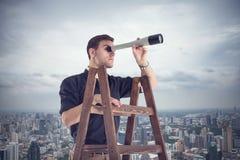 Jeune homme d'affaires recherchant de futures occasions image libre de droits