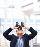 Jeune homme d'affaires recherchant des possibilités Photographie stock libre de droits