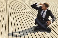 Jeune homme d'affaires recherchant le travail photo libre de droits