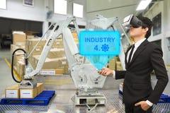 Jeune homme d'affaires regardant par des verres de réalité virtuelle pour dedans photos libres de droits