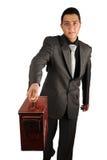 Jeune homme d'affaires remettant la vieille serviette Images stock