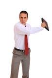 Jeune homme d'affaires restant avec l'ordinateur portatif Photographie stock libre de droits