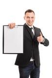 Jeune homme d'affaires retenant une planchette Photos libres de droits
