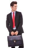 Jeune homme d'affaires retenant une serviette image stock