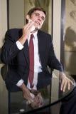 Jeune homme d'affaires séchant son visage Photos stock