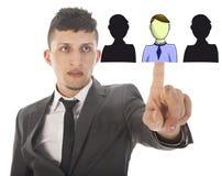 Jeune homme d'affaires sélectionnant les amis virtuels d'isolement Images stock