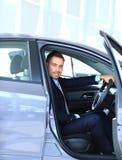 Jeune homme d'affaires s'asseyant dans la voiture Photo stock