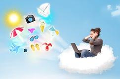 Jeune homme d'affaires s'asseyant en nuage avec l'ordinateur portable Image stock