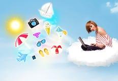 Jeune homme d'affaires s'asseyant en nuage avec l'ordinateur portable Photos stock