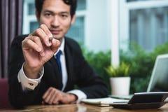 Jeune homme d'affaires s'asseyant sur le dessin de bureau image libre de droits