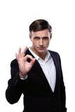 Jeune homme d'affaires sûr faisant des gestes le signe CORRECT Photos libres de droits