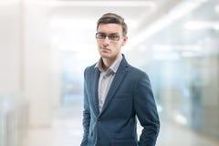 Jeune homme d'affaires sûr se tenant dans le bureau images libres de droits