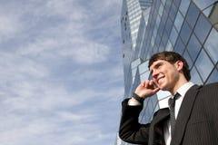 Jeune homme d'affaires scuccessful heureux au téléphone images libres de droits