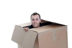 Jeune homme d'affaires se cachant dans une boîte en carton Image libre de droits