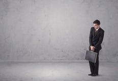 Jeune homme d'affaires se tenant confus Image stock