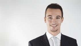 Jeune homme d'affaires souriant avec confiance Image libre de droits