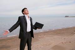 Jeune homme d'affaires sur la plage Images stock