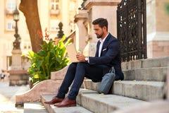 Jeune homme d'affaires sur les escaliers Images libres de droits