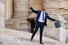 Jeune homme d'affaires sur les escaliers Photo libre de droits