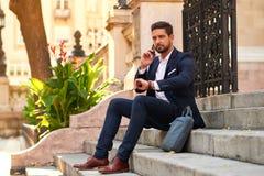 Jeune homme d'affaires sur les escaliers Image libre de droits