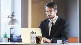 Jeune homme d'affaires Surprised After Reading un message banque de vidéos