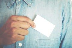 Jeune homme d'affaires tenant la carte de visite professionnelle de visite blanche Photo stock