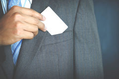 Jeune homme d'affaires tenant la carte de visite professionnelle de visite blanche Image libre de droits