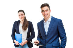 Jeune homme d'affaires tenant le comprimé avec l'associé féminin dans le backgrou Photographie stock libre de droits