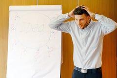Jeune homme d'affaires tenant le tableau de conférence proche photos stock