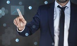 Jeune homme d'affaires touchant l'équipe dans l'écran virtuel photos stock