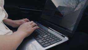 Jeune homme d'affaires travaillant à un ordinateur portable dans la voiture clips vidéos