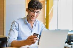 Jeune homme d'affaires travaillant au café Photos libres de droits