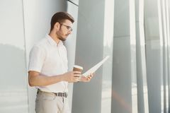 Jeune homme d'affaires travaillant avec des papiers dehors Image libre de droits